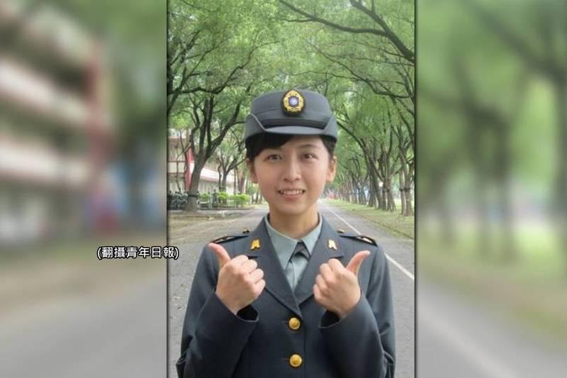 陸軍機步333旅服役的女性中士吳雅文,外貌清秀俏麗,照片一出引發網友熱烈討論。(原圖翻攝青年日報,本報後製)