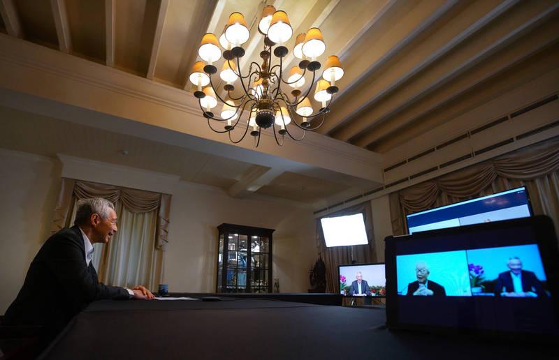 今年APEC峰會採視訊方式進行,新加坡總理李顯龍與我國領袖代表張忠謀對談。(圖擷取自Lee Hsien Loong臉書)