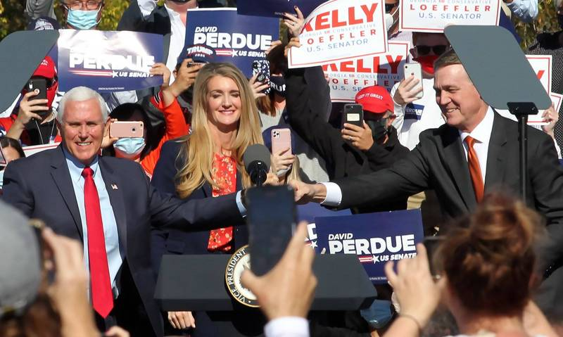 美國副總統彭斯(左)週五(20日)飛抵喬治亞州,替2位現任共和黨籍參議員帕度(右)、羅夫勒(中)助選。(歐新社)