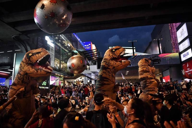 穿恐龍裝嗆爆泰國國會 「壞學生」砸隕石滅絕食古不化大人