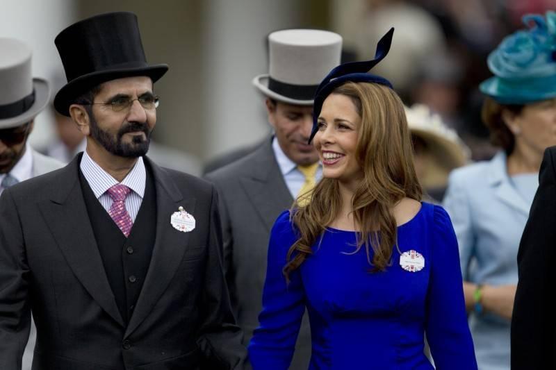 圖為杜拜酋長謝赫(圖左)與前妻約旦哈雅公主(圖右)於2012年出席英國雅士谷賽馬大會。(美聯社資料照)