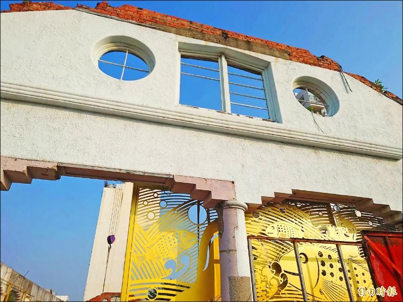 台南舊魚市場外牆正進行藝術改造,預計12月初完成後正式亮相。(記者洪瑞琴攝)