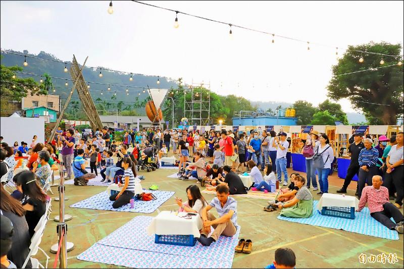 今年的台灣咖啡節有新元素草地音樂會,民眾可坐在野餐墊上聽音樂。(記者詹士弘攝)