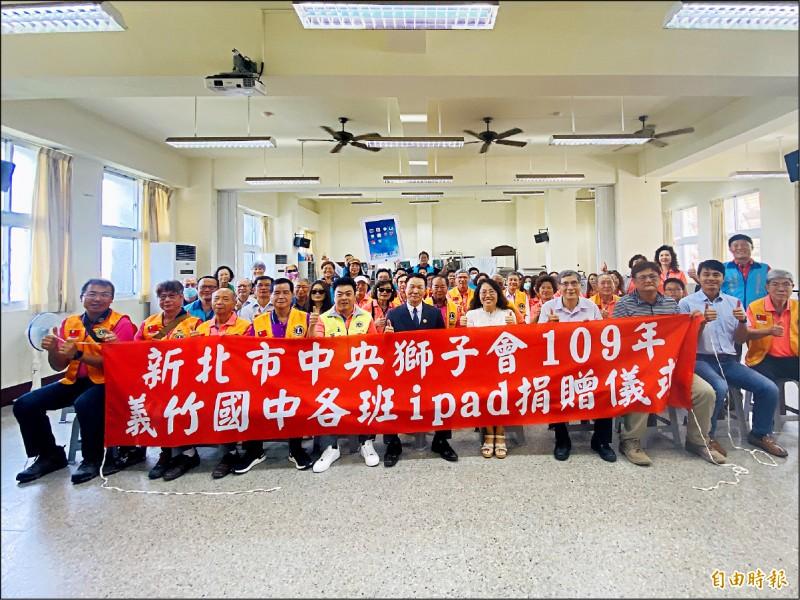 中央獅子會捐贈新型的iPad給義竹國中作為教學設備。(記者蔡宗勳攝)