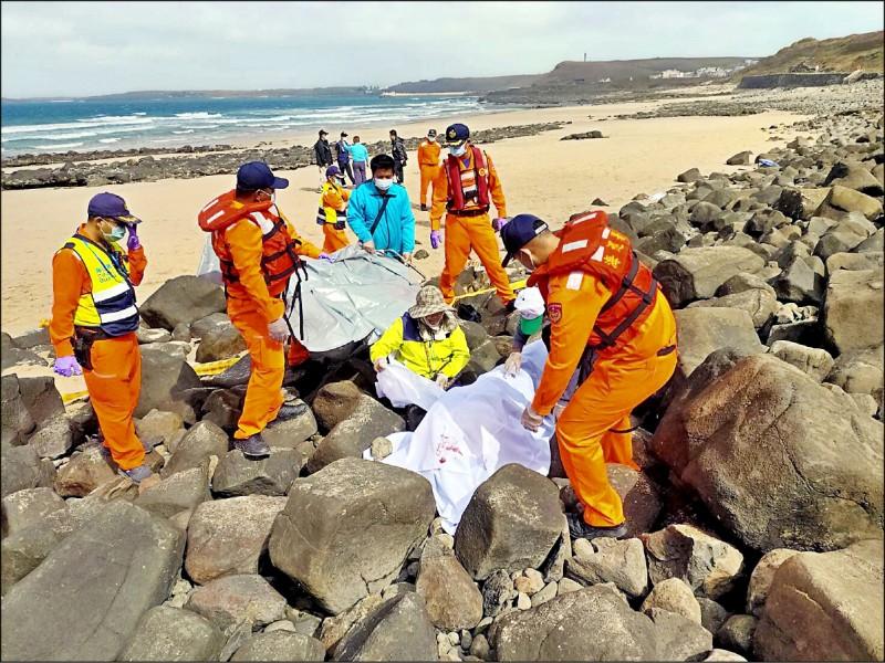 澎湖西嶼內垵遊憩中心前海灘昨發現一具男性浮屍,經指認是自台返澎不久的65歲才姓男子。(中央社)