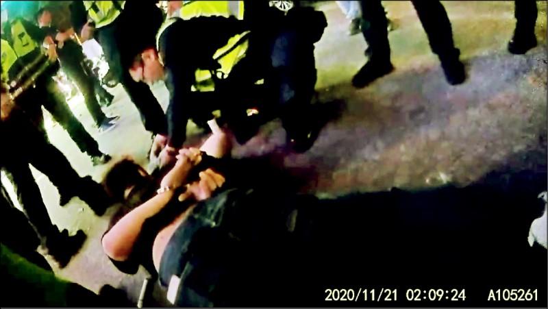 喝醉酒搶付帳的劉男,被趕來的20名優勢警力,壓制地上逮捕。(記者張瑞楨翻攝)