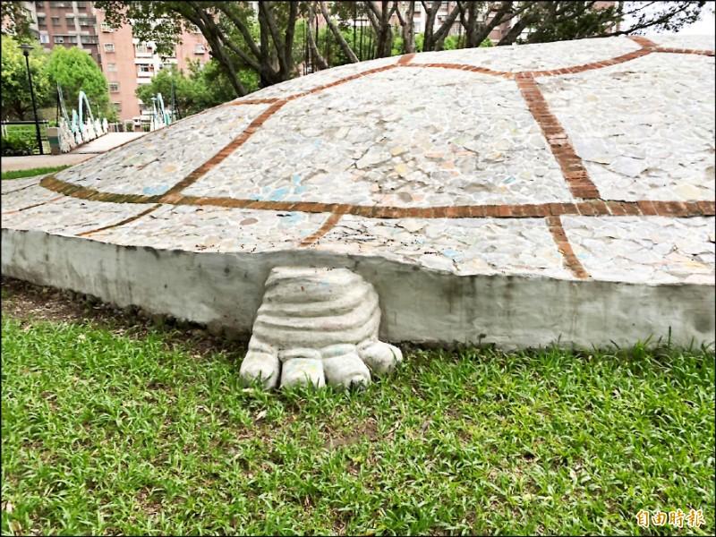 大石龜公共造景的後肢僅4根腳趾。(記者陳璟民攝)