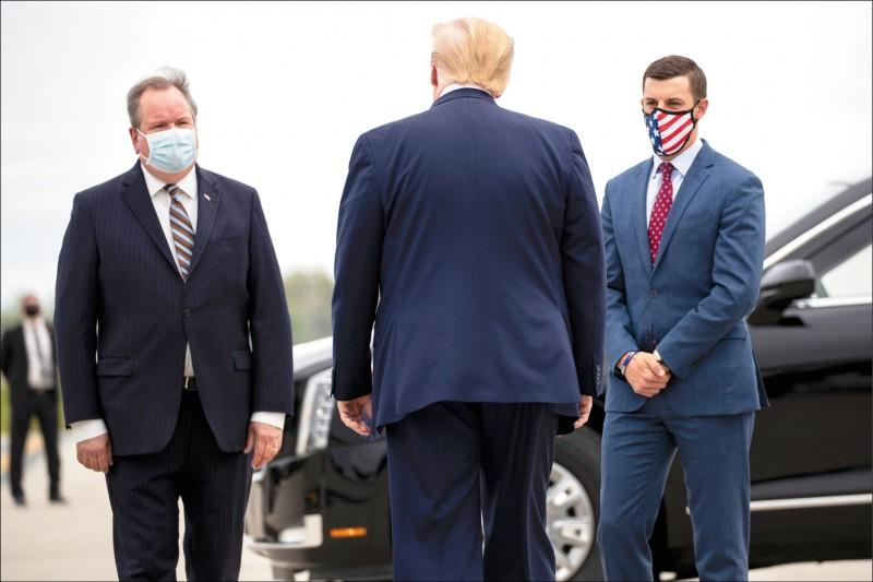 圖為柴特菲德(右)五月間在底特律機場為美國總統川普(中)接機。(美聯社檔案照)