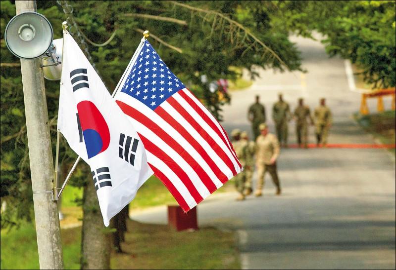 圖為2016年8月間位於南韓京畿道龍仁市的駐韓美軍基地內,一同懸掛著美國國旗「星條旗」和南韓國旗「太極旗」。 (路透檔案照)
