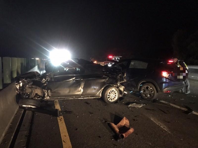 國道3號深夜4輛車撞1團,車輛嚴重毀損1人短暫失憶。(苗縣消防局提供)