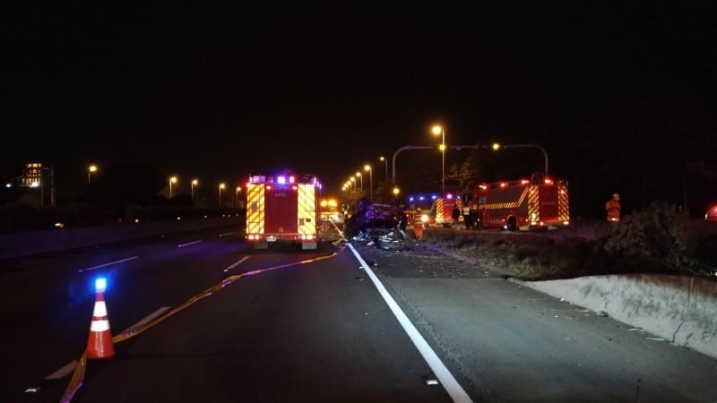 國道四號國道一號系統交流道發生車禍,休旅車疑自撞護欄翻覆,造成4死2傷。(記者歐素美翻攝)