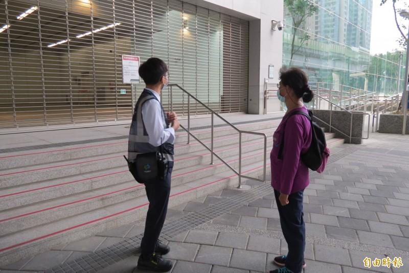陳姓女市民到市政府撲空,捷運工作人員向她解釋。(記者蘇金鳳攝)