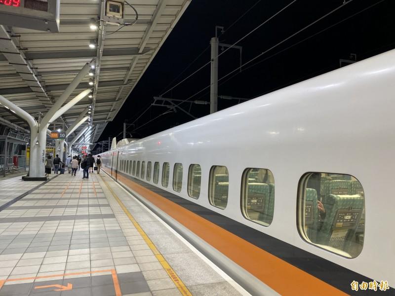 台灣高鐵表示,經檢視旅客訂位狀況,將在今晚自左營站加開1班次北上各站停靠的全車自由座列車(商務車廂除外)。加班車為北上8862車次19:10自左營站發車,21:35抵達南港站。(記者蕭玗欣攝)
