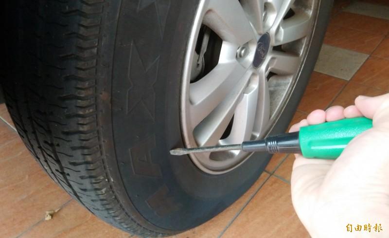 男子惡意刺破鄰居汽車輪胎,被判拘35天。示意照。(記者李立法攝)