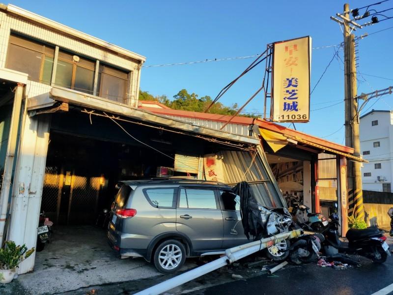南迴公路廂型車撞進早餐店。(記者黃明堂翻攝)