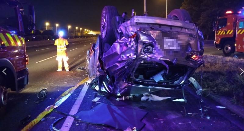 休旅車疑撞護欄後翻覆,造成車上人員四死二傷。(記者歐素美翻攝)