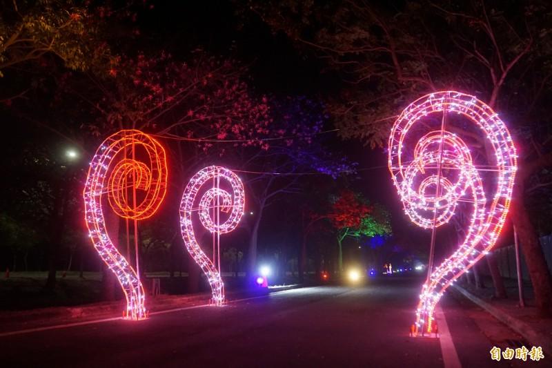 美人樹花道出入口設置造型迎賓燈。(記者詹士弘攝)