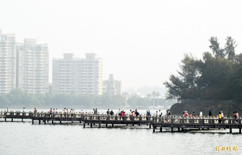 永義防癌健康照護基金會今天清晨在澄清湖舉辦健走活動,沿途走過九曲橋並欣賞湖光景色,親近大自然的感覺真好。(記者張忠義攝)