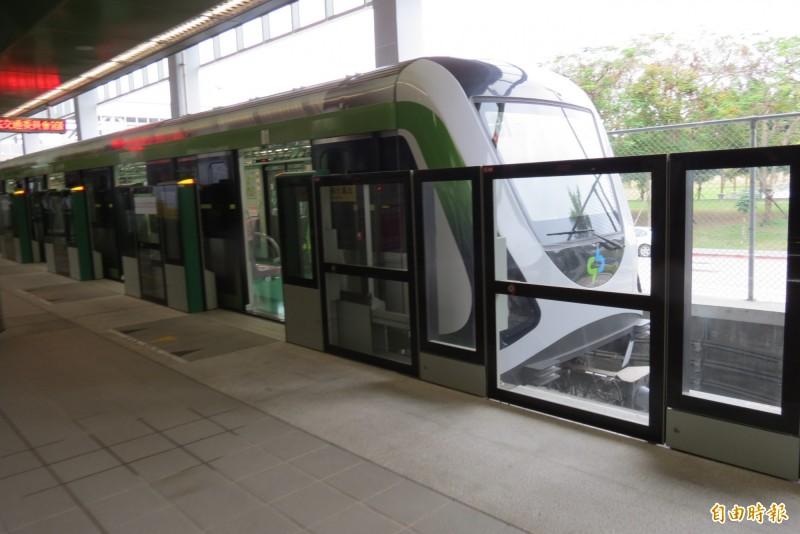 中捷公司表示,昨天捷運綠線因連接器故障,動力無法傳到前面,才改用人力推(記者蘇金鳳攝)