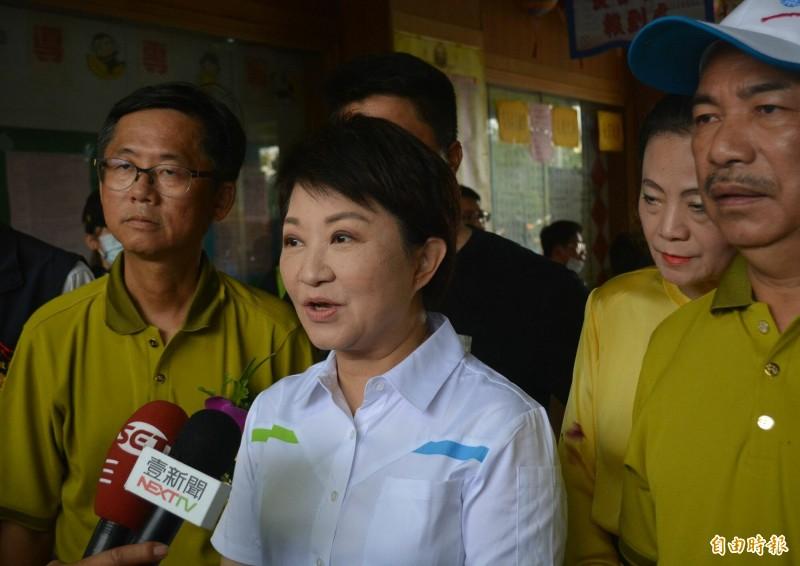 台中市長盧秀燕(中)今天表示,為了坐鎮台中處理中捷故障問題,今天不會參加秋鬥遊行。(記者陳建志攝)