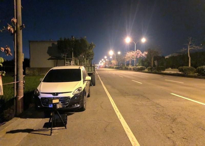 南投警方在夜間執行機動測速照相「抓超速」,盼做好速度管理,避免超速以維交通安全。(記者劉濱銓翻攝)