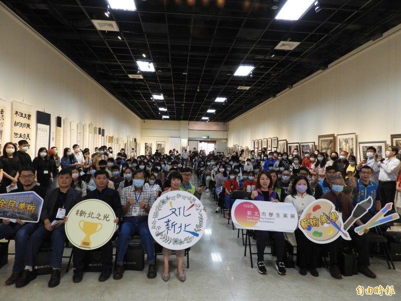 邁入第9屆的新北市學生美展今天在新北市藝文中心舉行頒獎典禮。(記者賴筱桐攝)