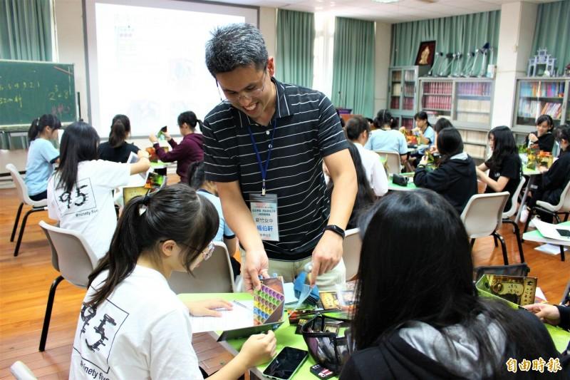 新竹女中推動新課綱,讓學生自主選修課程,其中數學選修課程,讓學生玩桌遊體驗數學,都說數學變好玩了。(記者洪美秀攝)