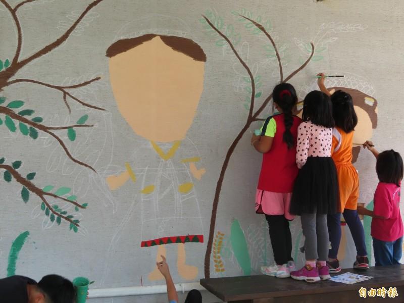 布農族學童為延平圖書館牆面彩繪射耳祭的故事。(記者黃明堂攝)