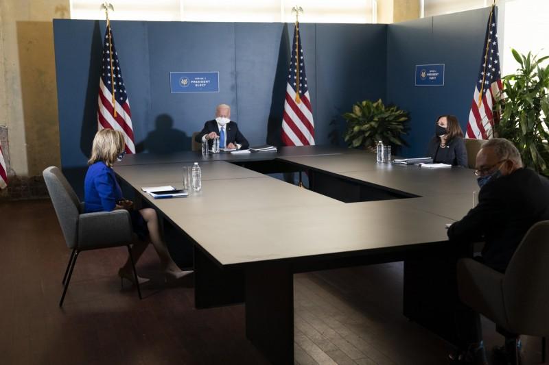 美國準總統拜登和副手賀錦麗,20日與民主黨參眾兩院領袖舒默和裴洛西開會。(美聯社)