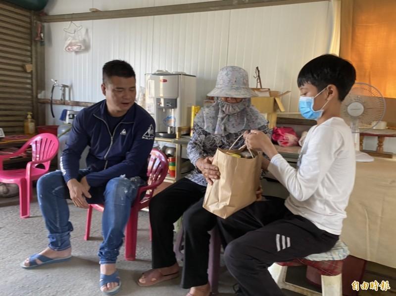 寫信求援的小五生,獲企業家林揚竣(左)贊助學費。(記者詹士弘攝)