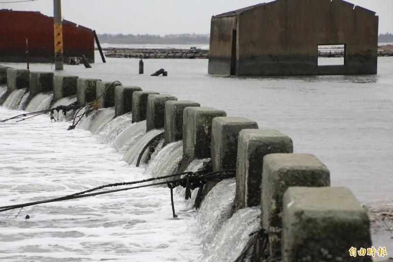 東石白水湖壽島道路在漲潮時被海水淹沒。(記者林宜樟攝)