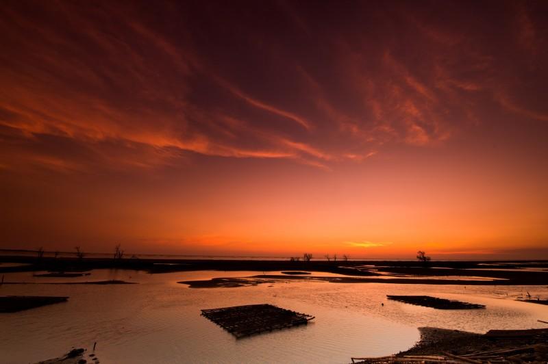 白水湖壽島的夕陽美景。(嘉義縣政府提供)