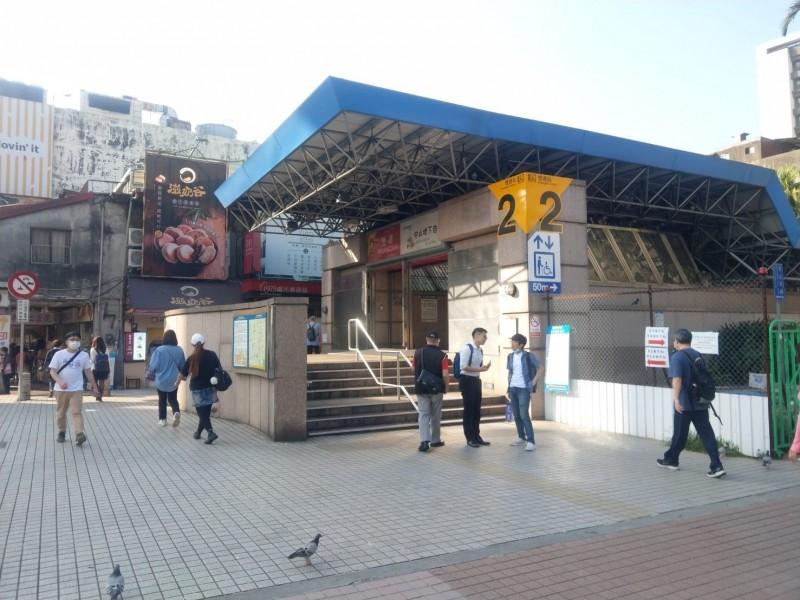 台北捷運雙連站至民權西路站間進行帶狀公園改造工程,雙連站2號出口11月23日起封閉施工。(北捷提供)