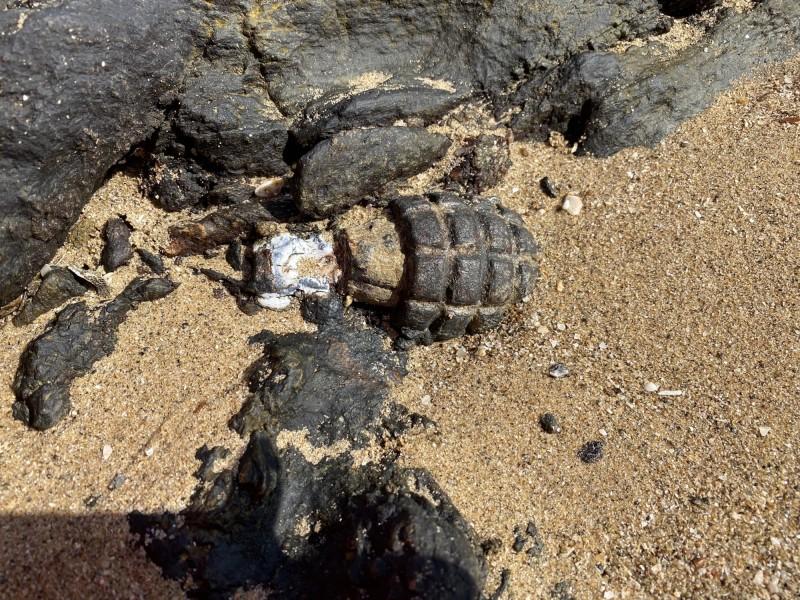 金門岸巡隊根據遊客報案,在小金門將軍堡岸際發現1枚疑似手榴彈的未爆彈殘體。(民眾提供)