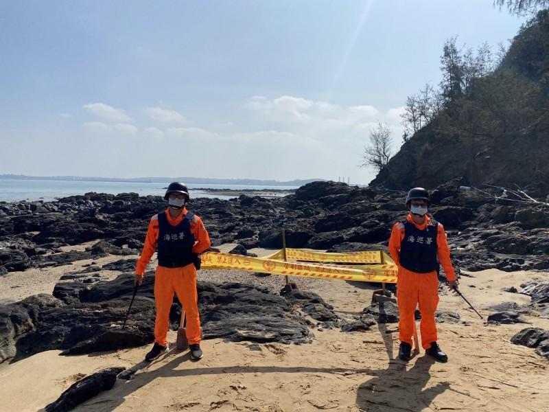 金門岸巡隊根據遊客報案,在小金門將軍堡岸際發現未爆彈殘體,立即拉起封鎖線管制現場。(民眾提供)