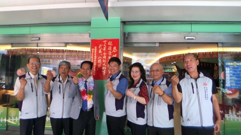 志光補習班總裁林進榮(左三)獲得2020年全國好人好事代表。(記者王俊忠翻攝)