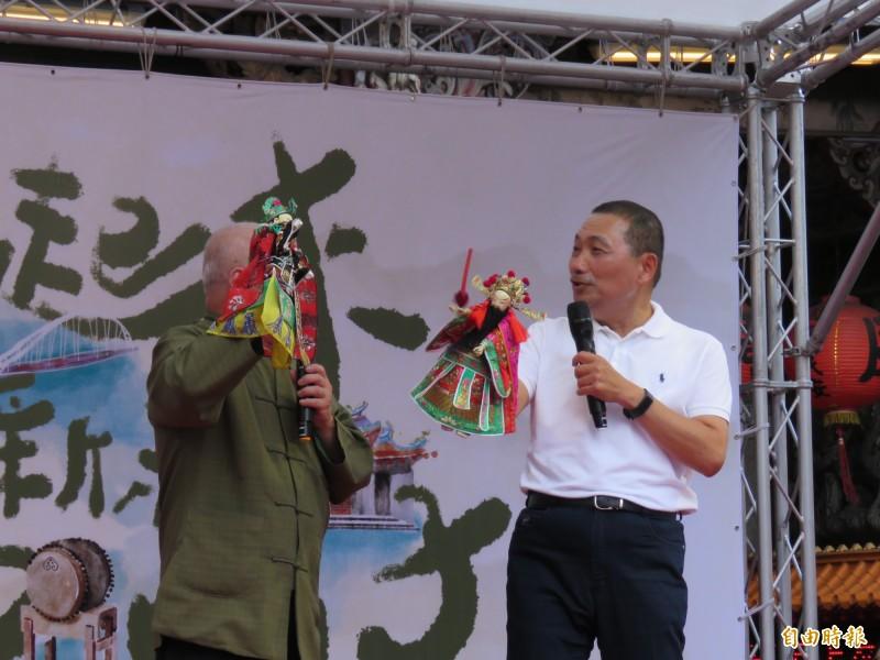 新北市長侯友宜(右)和新西園掌中劇團長許正宗共同一同掌戲偶、飆戲。(記者陳心瑜攝)