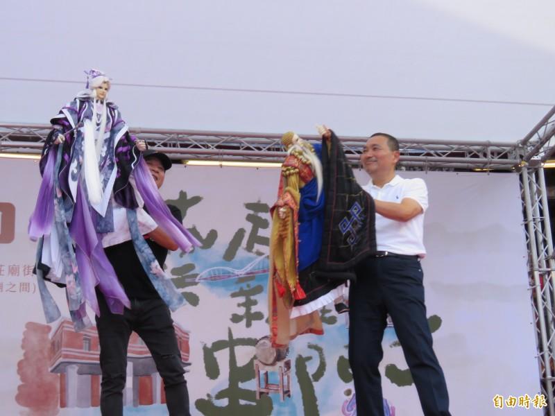 新北市長侯友宜(右)出席新莊偶戲文化日,操偶時更結合時事,演出「萊豬別進來」橋段。(記者陳心瑜攝)