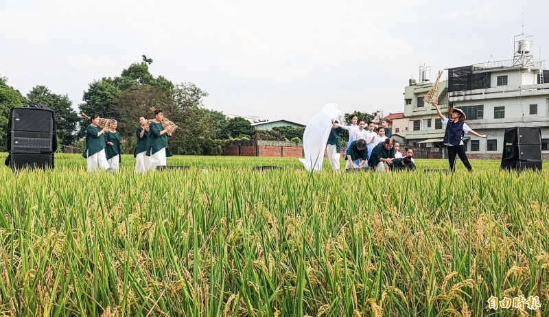 源泉社區民眾組成素人舞台,以八堡圳治水故事表演「母源泉舞」受到歡迎,甚至安可加碼演出。(記者陳冠備攝)