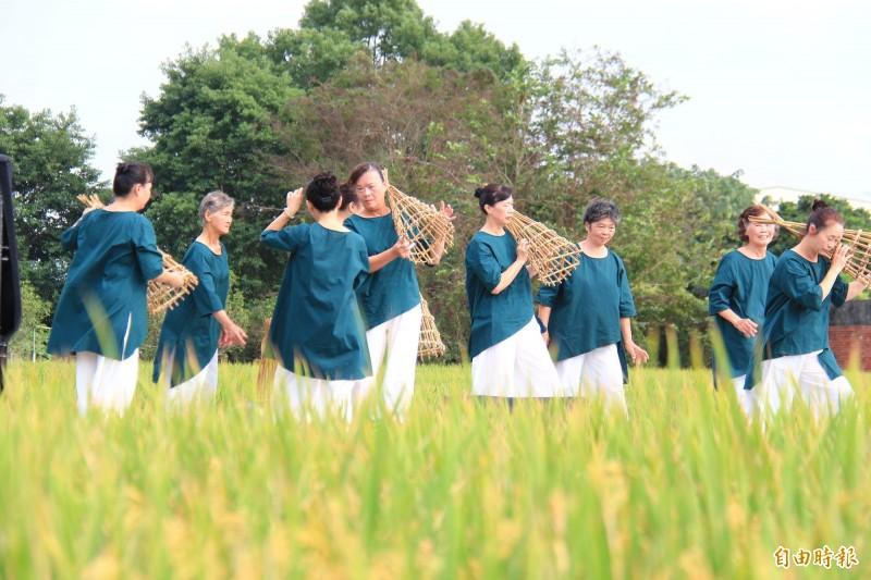 源泉社區民眾組成素人舞團表演,他們拿起治水法寶「籠仔篙」表演母源泉舞,流露對故鄉的情感。(記者陳冠備攝)