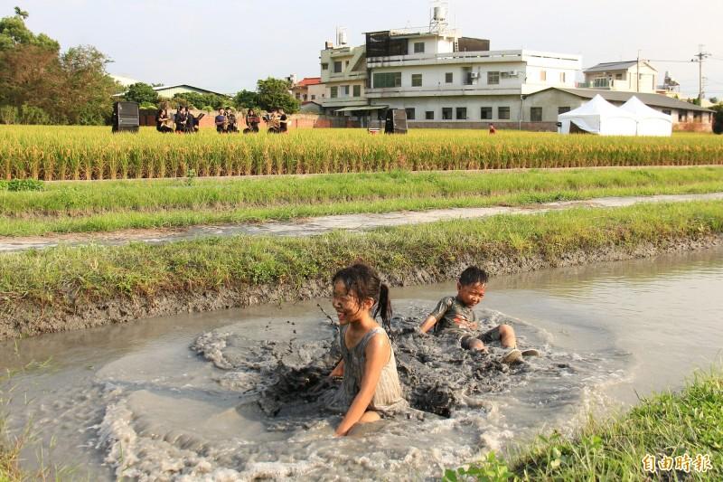 二水小鎮藝術節特別在表演舞台前設置黑泥池,讓遊客可以一邊玩泥巴,一邊欣賞表演,別具田野魅力。(記者陳冠備攝)