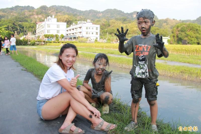 二水陳姓鄉民特別帶孩子回娘家,體驗打泥巴樂趣。(記者陳冠備攝)