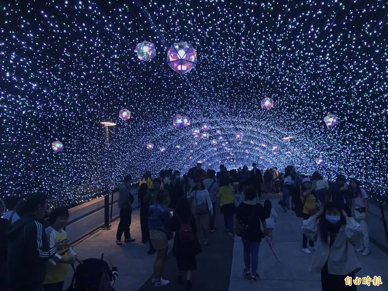 心中山公園耶誕燈海,吸引民眾打卡。(記者蔡思培攝)