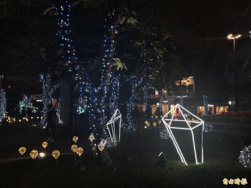 心中山公園有許多燈飾供民眾打卡。(記者蔡思培攝)