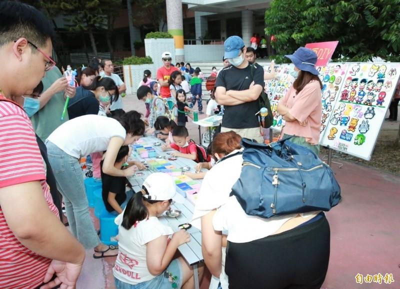 太平樹孝商圈結合天津商圈跨區合作,今天舉辦特色商品市集,吸引不少親子到場。(記者陳建志攝)
