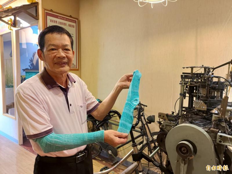 蕭明村(見圖)說,原地踩踏半小時就可以織出一雙襪子或袖套。(記者陳冠備攝)