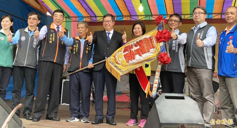 「2020桃園三界爺文化祭」系列活動,鄭文燦(中)等人主持令旗交接儀式。(記者李容萍攝)