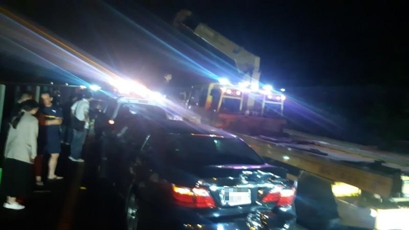 國道3號台南新化路段連環車禍,消防隊搶救中。(記者吳俊鋒翻攝)
