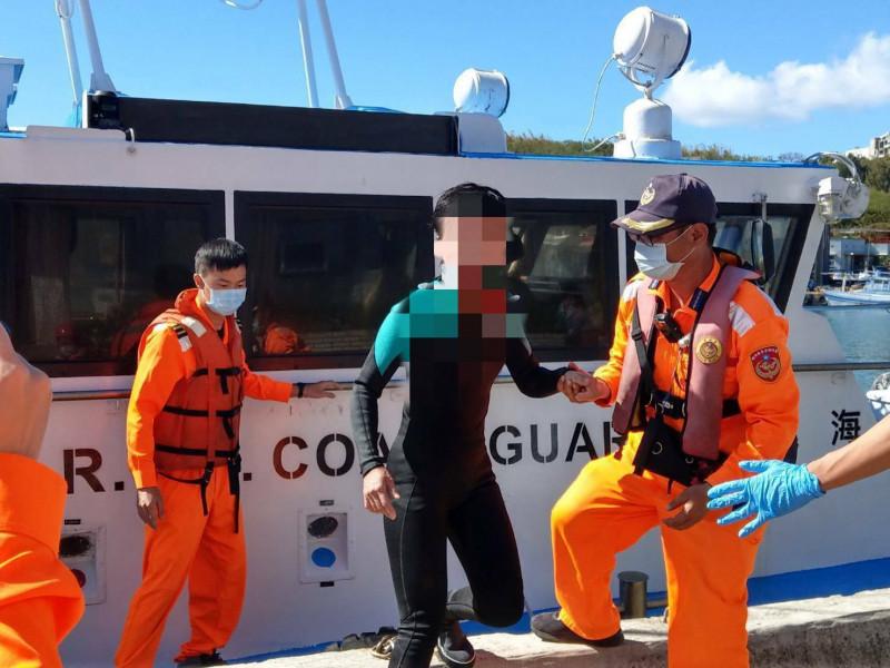 海巡人員搶救該名漂流的女性潛客。(記者陳彥廷翻攝)