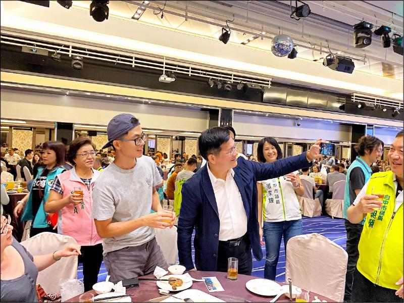 民進黨募款餐會,交通部長林佳龍(左二)和支持者玩起自拍。(民眾提供)